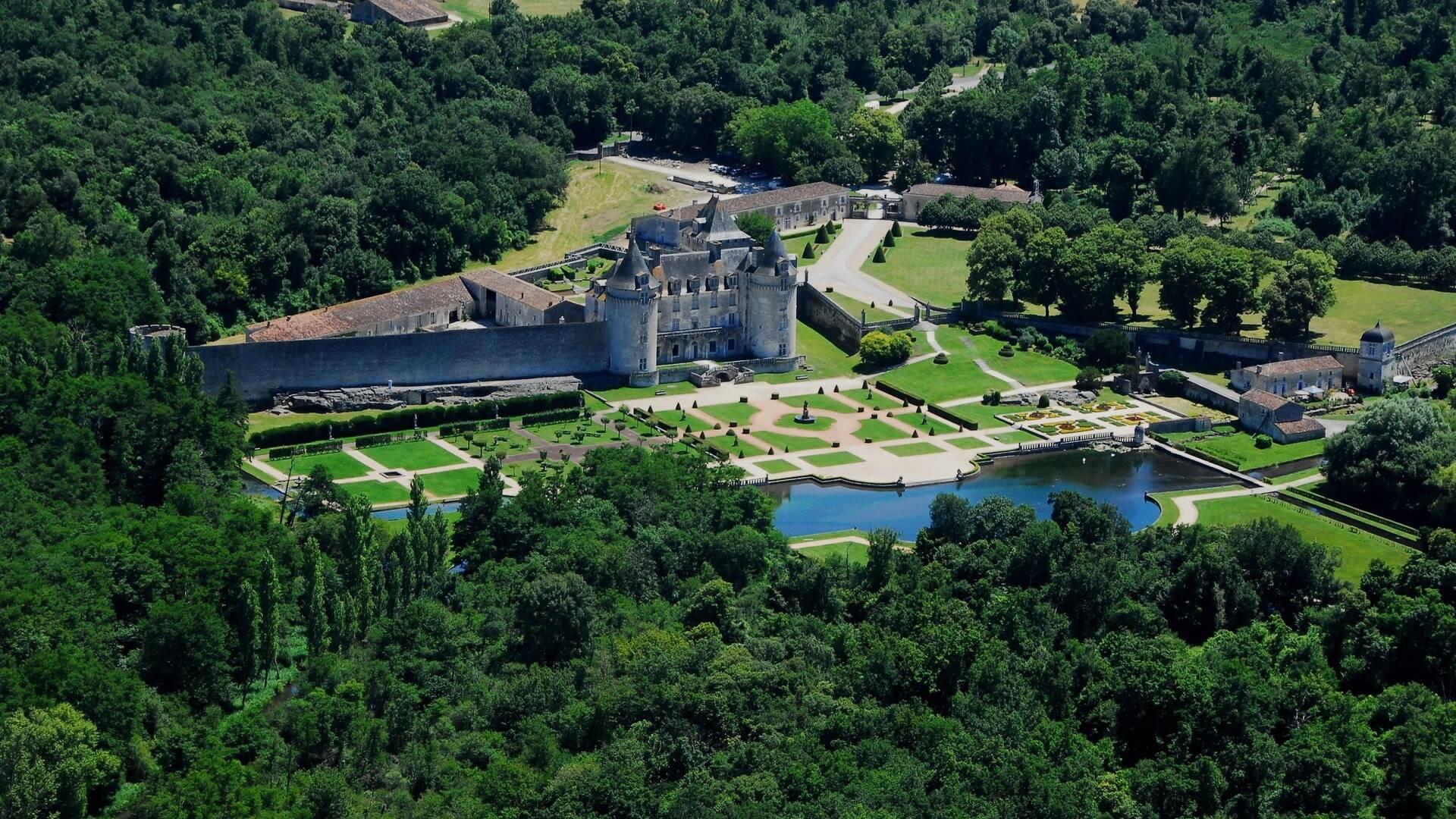 Vue aérienne du château de la Roche-Courbon - ©FDHPA17