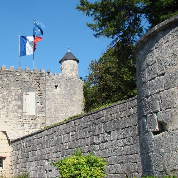 Medieval walls of Surgères © Cécile TRIBALLIER / CMT
